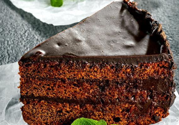 CsokoládétortaAz egyik legnépszerűbb klasszikus, aminek legalább ezer változata van, az egyszerűbbektől a bonyolultabbakig. Választhatod a bécsi klasszikus Sachert, de ha valami tényleg egyszerű és biztonságosan elkészíthető változatra vágysz, olyat is találsz bőven. A Sacher receptjét itt, az elronthatatlan változatot pedig itt találod.