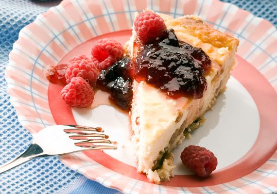 JoghurttortaHa igazán egyszerűen akarod megúszni ezt a tortadolgot, akkor a joghurttorta lesz a neked való megoldás. Ha megvannak a hozzávalók, akkor már csak össze kell őket dolgoznod, aztán a hűtő elvégzi a maradék munkát, ilyen könnyen édességhez akkor sem jutnál, ha a cukrászdába kellene lesétálnod. Az egyszerű, de nagyszerű receptet itt találod, négy különböző változatot is mutatunk.