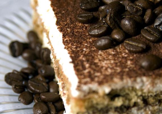 TiramisuAz olaszok kedvenc, élénkítő édessége tortaként is megállja a helyét, próbáld csak ki bátran! A habkönnyű desszert kiválóan passzol a délutáni kávéhoz, de egy nehéz vasárnapi ebéd után is ez az édesség az egyik legjobb választás. A klasszikus receptet itt találod.