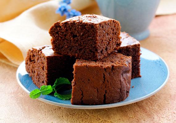 A desszert: csokis bögrés süti                         Amíg fortyog a leves, és a combok tejben áznak, állítsd össze a faék-egyszerűségű, ám annál sokkal, de sokkal finomabb csokis sütit, ami a desszert lesz. Egy bögre nem sok, csupán annyi kell hozzá, mérd ki az adagokat, keverd össze, és már mehet is a tepsibe. Amíg sül, végezhetsz a panírozással és az olajban sütéssel, így minden nagyjából egyszerre lesz kész, és frissen ehetitek a háromfogásos ebédet. A süti receptjét itt találod.