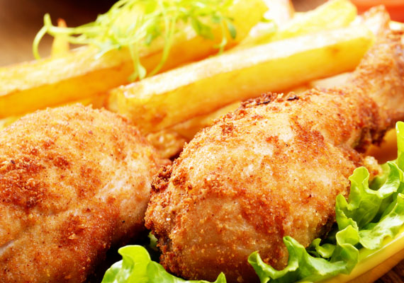 A főétel: rántott csirkecomb                         A hétvégi ebédek hazai sztárja a rántott bármi, ezen belül pedig az egyik legnépszerűbb a klasszikus dobverő, ami kellőképp szaftos és ízletes lesz a ropogós bunda alatt. Mellőle nem maradhat el valamilyen jól sikerült savanyúság, vagy akár egy kis krumpli- vagy uborkasaláta, ahogy a sült krumpli sem hiányozhat az asztalról. Az ellenállhatatlan, egyszerű és bevált recept itt van.