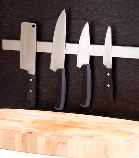 Éles kések  Minden konyha alapfeleszereléséhez tartozik néhány jó kés, érdemes rájuk költeni. Legyenek mindig élesek. Az izomrostokat mindig merőlegesen kell elvágni.  Kapcsolódó cikk: Így süsd meg a tökéletes steaket! »