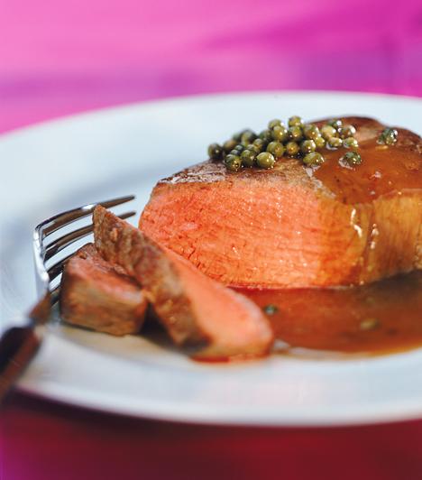MártásA nagyobb darab, egyben sült húsokhoz nem árt, ha mástást is adsz, még akkor is, ha ügyes vagy és nem száírtod ki a húst.