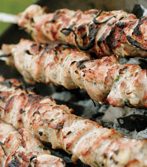 NyársakA kis kockákra vágott húsokat kombinálhatod zöldséggel, fűszerekkel, gombával, aszalt gyümölcsökkel. Télen is nyugodat elkészítheted, ekkor csavard alufóliába, de mielőtt elkészülne, csomagold ki, hogy megpiruljon.