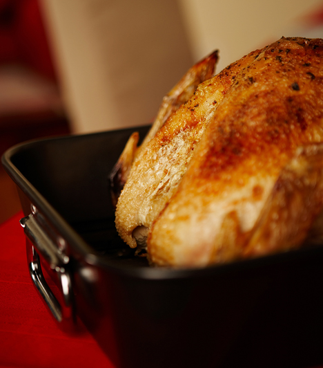 Egy jó tepsiA tepsi ne legyen túl alacsony, mert a szaft kifolyhat, ahogyan túl magas se, mert úgy nem sül meg rendesen mindenhol a hús. A sültekhez használj sütőrácsot, a szaftot pedig add mártásként az asztalra.