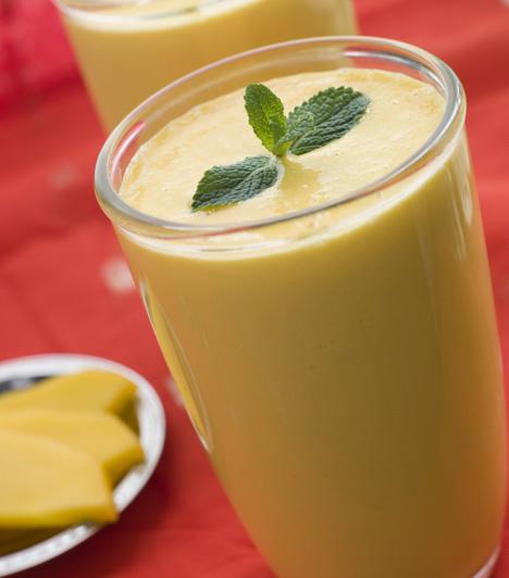 TurmixA lassi, ami egy indiai ital egészséges frissítő a nyári forróságban.Mangó lassi »