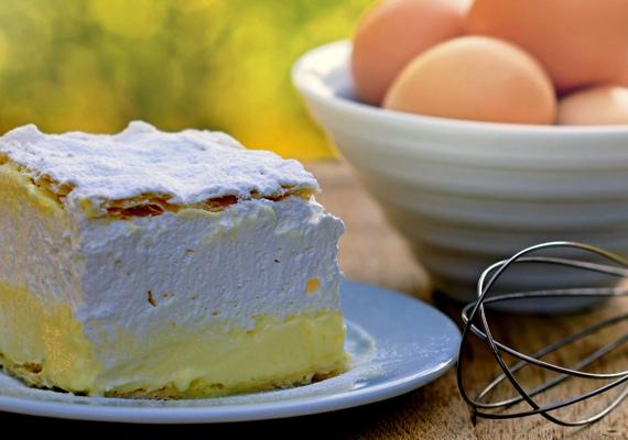 Krémes                         A magyar ajkak kedvenc édessége a könnyű vaníliás krém és hab párosa, ropogós tésztaréteg alá rejtve. A kifejezetten várt vendégeknek érdemes összedobnod ezt a nem túl egyszerű, ám annál finomabb édességet. A bolti tejszínhabot pedig tedd vissza a hűtőbe, és készíts hozzá igazi klasszikus változatot. A receptjét itt találod.
