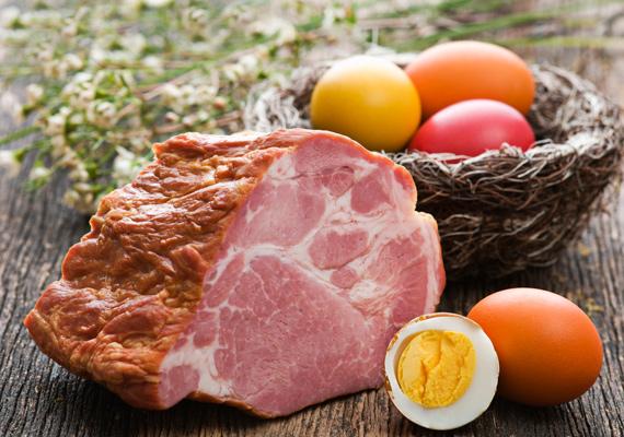 Húsvéti sonka                         Mi mással is kezdődhetne egy húsvéti ételekkel foglalkozó összeállítás, mint az ünnep legjellemzőbb darabjával, a füstölt-főtt sonkával? Receptek garmadáját találhatod meg szakácskönyvekben vagy az interneten, vannak jobb és rosszabb változatok, de ennél a fogásnál is a legjobb a régi aranyszabályt betartani, miszerint a kevesebb néha több. Érdemes egyszerűen, kevés fűszerrel főzni a kiválasztott húst, úgy nem nagyon tudsz hibázni. Itt találod a receptjét.