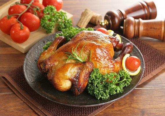 A kész csirkeHa mindent betartottál, a végeredmény egy szégyenlősre pirult, ropogós bundájú csirke lesz, amihez a legjobb a házi savanyúság és persze egy jó nagy karéj friss kenyérszelet, de jól áll neki egy kis krumpli, szinte bármilyen formában, valamint bármi, amit szeretsz.