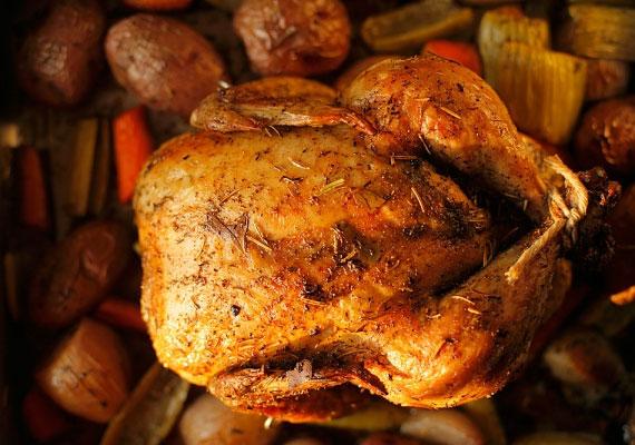 SütésEz egy borzasztó egyszerű dolog, kapcsold be a forgatós grillcsirke-sütő gépedet, aztán bízd rá az előkészített húst. Azonban, ha véletlenül épp nincs kéznél egy ilyen eszköz, akkor se búsulj, fogj egy sörösüveget, öblítsd át forró vízzel és húzd rá az állatot, így a legegyszerűbb sütőben is tökéletes grillcsirkét süthetsz.