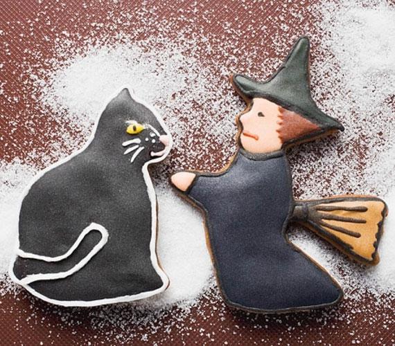 Ugyan a karácsonyhoz nem tartoznak szorosan sem a boszorkák, sem azok macskái, de ha van kedved pepecselni, akkor ez egy elég látványos megoldás lehet, és a fán is mindenképp jól mutat majd a szokványos díszek mellett.
