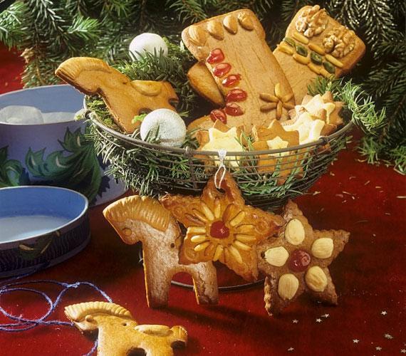 A decemberi ünnepekkel kapcsolatos összes jelképet elkészítheted mézeskalácsból, és felaggathatod a fára, némi színezékkel pedig a lehetőségek tárháza végtelen.