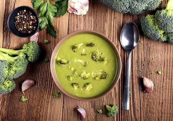 Brokkolis fogásokA brokkoli kész főnyeremény, ha természetes módszerekkel szeretnéd elűzni a betegségeket. A vitaminokkal és ásványi anyagokkal teli növényből rengeteg finomságot készíthetsz, arra ügyelj, hogy inkább ropogós maradjon kicsit a zöldség, mert akkor nyerhetsz ki belőle minél több vitamint. Ha krémlevesnek készíted, tégy félre pár rózsát, amit csak egy kicsit megfőzöl, de nem pürésítesz, ha pedig rakottasnak készíted el, ne főzd agyon. Utóbbi receptjét itt találod, a krémlevest pedig így tudod elkészíteni.