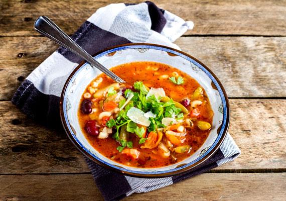 ZöldséglevesBármilyen zöldségből rittyenthetsz finom levest, a legjobb persze az, ha minél többfélét válogatsz össze, így egészen gazdag ízvilágú ételt varázsolhatsz az asztalra. Ne bonyolítsd túl a dolgot, csak menj ki a piacra és amit épp árul kedvenc zöldségesed, azt vedd meg és készüljön abból a forró, melengető étel! Hangulatod szerint készíthetsz nagyon gazdag minestronét, aminek receptjét itt találod, vagy egy egyszerűbb, hazai zöldséglevest, ennek a receptje pedig itt lesz.