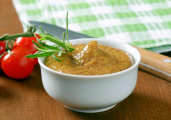 Mustár                         A bolti mustár sehol sincs a házilag készített változathoz képest, és egy-egy grillezés alkalmával akár több ízben is kipróbálhatod. Az alapmártáshoz csupán mustármag és ecet kell, no meg minél több fűszer, esetleg némi méz, de ezek arányát kedvedre váltogathatod.