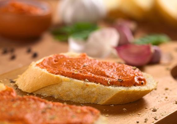 Körözött                         Túróból és juhtúróból is készítheted, utóbbiból egy kicsit masszívabb, nehezebb kencét varázsolhatsz, előbbiből pedig egy kicsit könnyedebbet. Sokféle fűszerrel működik, a fix pont a pirospaprika, a hagyma és persze maga a túró. Itt egy jól bevált receptet találsz hozzá.