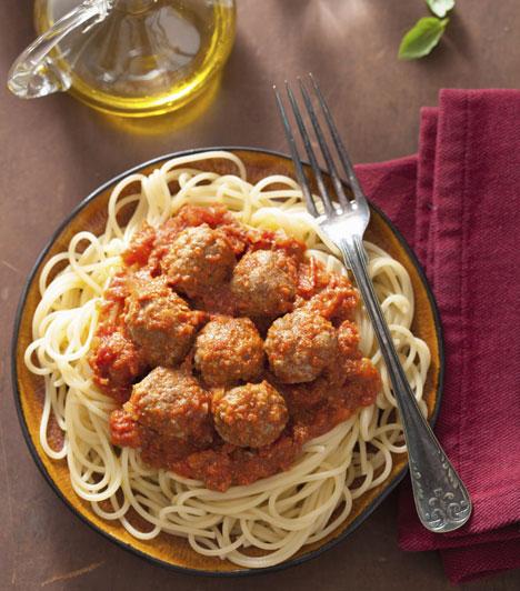 Húsgombócos spagetti  Ha láttál már nagyobb, gyakran elegáns, de gyanúsan sokszor ráérő olasz családokról szóló filmet, akkor biztosan megfigyelted már az óriási kondérban az asztal közepére tett irgalmatlan mennyiségű paradicsomos húsgolyót és a hasonló mennyiségben előkészített tésztát. A hamisítatlan itáliai fogás nem véletlenül lett népszerű, benne van minden, ami egy jó vacsorához kell: tészta, hús és temérdek, fűszeres paradicsomszósz.