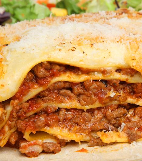 Lasagne  A tésztalapokra pakolt húsos - vagy húsmentes, ha azt szereted jobban - ragu, lefedve rendes sajtréteggel az olaszok csodafegyvere. Jó eséllyel a világ legnagyobb vitáit is megoldja, de legalábbis félbeszakítja egy nagy tál frissen sült lasagne. Ha nem hiszed, készítsd el otthon, egy pár elégedett mosolyt biztosan beszerzel!