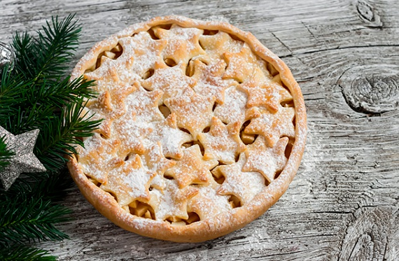 Almás karácsonyi pite                         Az almás sütik is emelik az ünnep fényét. Turbósítsd fel egy kicsit a hagyományos illatos, omlós pitét. Dobd fel például naranccsal, a tetejére pedig a rács helyett szaggass csillagokat, fenyőket. Már a látvánnyal elkápráztatsz mindenkit, az ízről nem is beszélve. Nézd meg, hogy készül a karácsonyi almás pite!