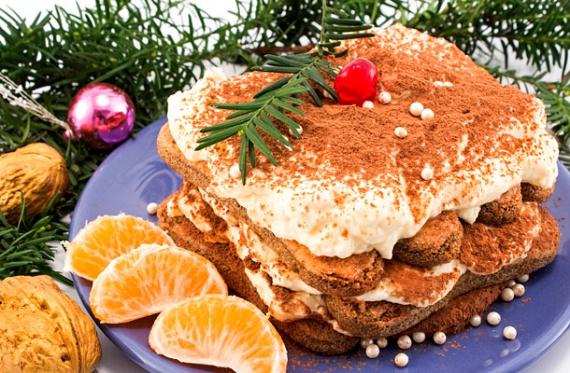 Karácsonyi tiramisu                         Varázsold ünnepivé a krémes tiramisut! A babapiskóta helyett használj alapnak mézeskalácsot, a kávét pedig cseréld narancslére. Érdemes a díszítést is a karácsonyhoz méltóvá tenni! Arra ügyelj, hogy ne az utolsó pillanatban fogj hozzá, mert jó, ha legalább nyolc órát pihen a hűtőben. Ne hagyd ki a karácsonyi változatot sem!