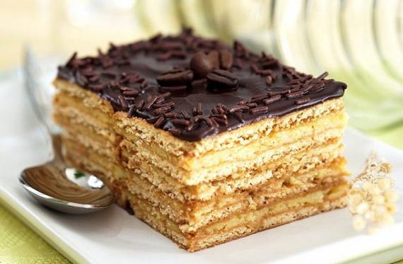 Grízes-mézes krémes                         A mézes sütik közül ez az egyik legnagyobb kedvenc. A grízes, selymes krém, a lekvár és a csoki együtt igazi ízorgiát eredményez. A népszerű édesség minél többet áll, annál puhább lesz. Arra azért ügyelj, hogy ne süsd túl a lapokat. Ezt a receptet bátran kipróbálhatod!