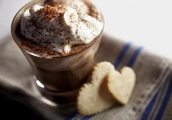 Forró csokiAz olvasztott csokiból készült sűrű, laktató és forró édesség az egyik legelterjedtebb téli finomság, amit nagy lelkesen fogyasztanak mindenhol, ahol előfordul a fagy és a hó, meg úgy általában a téllel járó kellemetlen időjárásra jellemző dolgok. Bármilyen alapanyagból elkészítheted, a polcon árván maradt húsvéti csokimaradéktól kezdve a legfinomabb belga csokiig, mindenből isteni lesz.