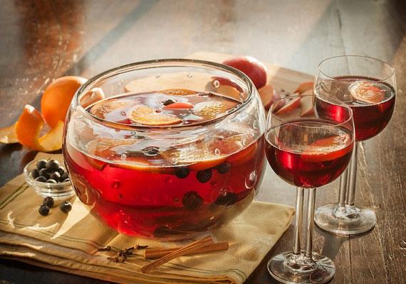 PuncsAz alapvetően teából és rumból készült forró ital szintén nagy kedvenc a kisebb-nagyobb karácsony környéki összejöveteleken, a fentebb említett alapanyagokon kívül még sok-sok gyümölcs kell bele, óvatosan fogyaszd, mert ha jól készíted, akkor alig érezni benne az alkoholt, cserébe nagyon finom, így azonban hamar problémákat okozhat.
