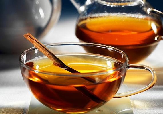 TeaHa forró italról van szó, akkor nem lehet a teát kihagyni, ami amellett, hogy átmelenget, fel is pörget, de segíthet a diétában és erősítheti az immunrendszered is, és talán egy kicsit segít könnyebben elviselni a szürkeséggel járó téli depressziót. Mézzel, illatos fűszerekkel gazdagítva a legfinomabb.