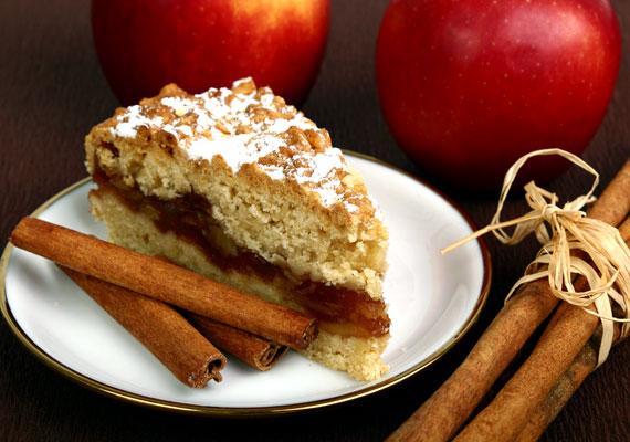 Almás-fahéjas piteAz adventi időszak és a karácsony legjellemzőbb illata az alma és a fahéj keveréke, ha ilyesmit érzel, akkor biztos lehetsz benne, hogy közeleg az ünnep. Ezt az egyszerű édességet bármikor összedobhatod, elrontani képtelenség, az illata pedig verhetetlen. Így készítsd!
