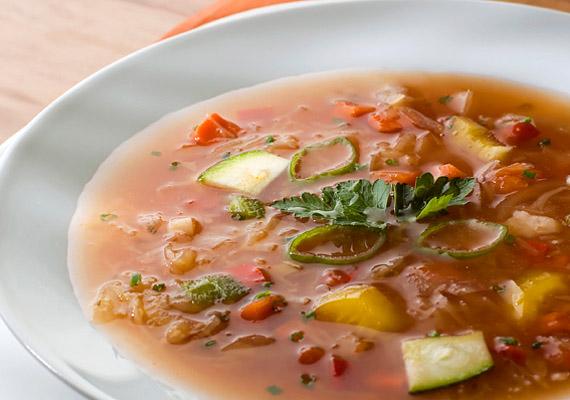 KáposztalevesMinden rendszeresen diétázó ember tudja, hogy a káposztaleves kihagyhatatlan legalább egyszer az életben. Van, aki hidegen, mások melegen szeretik ezt a savanykás, egyszerű ételt, ami akkor lesz a legjobb, ha sok-sok zöldséggel főzöd együtt. A télen-nyáron aktuális receptet itt találod.