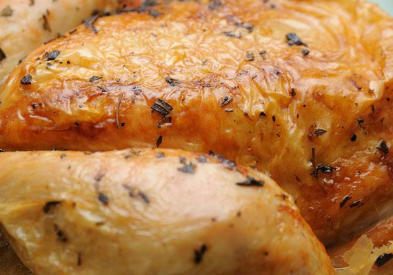 Sajtos sült csirke mennyei fűszerekkel.