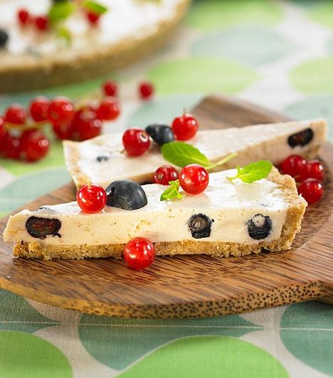 A joghurt mindenek felett! A szolid kekszrétegre halmozott gyümölcsös-habos, édes túrós krémet elkészítheted kalóriaszegény alapanyagokból is, így nem kell aggódnod az alakod miatt.