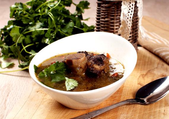 Marhahúsleves                         Az igazi, hagyományos, jó zsíros marhahúslevesnél nincs jobb kezdés, ha egy igazi, ráérős, beszélgetős ebédre készülünk. A lé és a zöldségek elfogyasztása után nekiállhattok az ellenállhatatlan főtt húsnak, friss tormával vagy mustárral. Így készítsd, hogy mindenki szeresse!