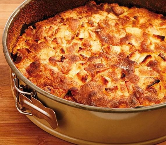 Két lágy tésztaréteg közé rejtett almás-fahéjas töltelék, ez bizony az almás pite, amit jellegzetes illatáról már messziről felismerhetsz, és tudhatod, hogy a nagyi konyhájában ismét valami egészen zseniális finomság készül.