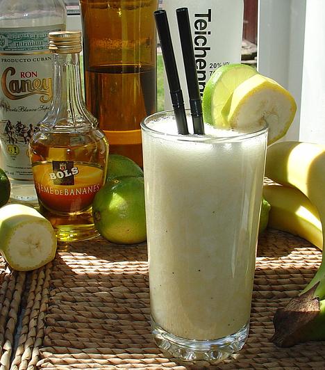 Banana daiquiri6 cl fehér rum 3 cl banánlikőr 1 cl limelé banánszeletek a díszítéshez sok tört jég  Az összetevőket tedd shakerbe, alaposan rázd össze, a jéggel együtt töltsd hosszú pohárba, majd tegyél a szélére egy banánkarikát. Elkészítheted turmixgépben is, akkor jégkásaszerű lesz a koktél.