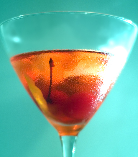 Manhattan2 cl édes vermut5 cl Bourbon whiskeyjégkockaa díszítéshez koktélcseresznyeAz összetevőket a cseresznye kivételével tedd egy keverőpohárba, alaposan keverd össze, és szűrd előrehűtött koktélos poharakba. A kész koktélba pottyants egy koktélcseresznyét.