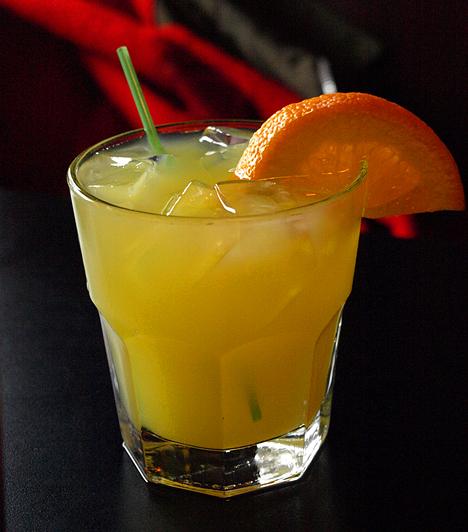 Harvey Wallbanger4 cl vodka 12 cl friss narancslé 2 teáskanál Galliano jégkocka  A jégkockát, a vodkát és a narancslevet tedd shakerbe, majd alaposan rázd össze. Töltsd magas pohárba, és önts a tetejére Gallianót. Narancsszeletekkel díszítheted.