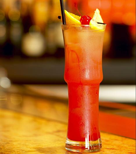 Zombie3-féle rum - 3 x 2 cl 2 cl baracklikőr 1 lime leve 2 cl grenadin 5 cl narancslé 1 dl ananászlétört jég  Az összes hozzávalót tedd a jéggel együtt a shakerbe, és alaposan rázd össze. Öntsd tört jéggel félig rakott pohárba, és díszítsd narancsszelettel. Vigyázat, nagyon erős!