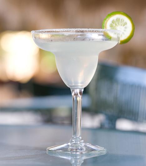 Daiquiri 6 cl fehér rum 2 lime leve 1 teáskanál cukorszirup tört jég  Tégy sok tört jeget a shakerbe, add hozzá a rumot,  a lime levét és a cukorszirupot. Rázd össze alaposan, és szűrd a pohárba.