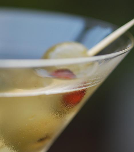 Dry Martini 1 cl száraz vermut 6 cl gin jégkocka olajbogyó  A jégkockákat tedd egy keverőpohárba vagy a shaker aljába. Öntsd rá a vermutot és a gint. Alaposan, de finoman keverd el, majd szűrd egy klasszikus koktélos pohárba. Olajbogyó és vékony, csavart citromhéj dukál hozzá.