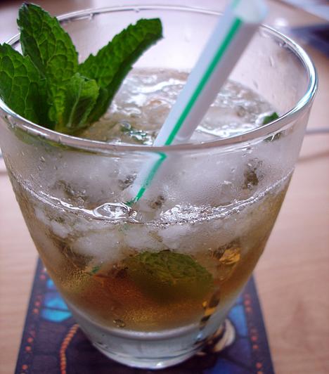 Mint Julep 4 cl Bourbon whiskey fél teáskanál cukor 3 mentalevél + a díszítéshez is egy pár 1 evőkanál szódavíz tört jég  A mentaleveleket törd össze a kristálycukron egy whiskey-s vagy alacsony vizes pohárban. Dobd ki belőle a mentalevéldarabokat, és a szódavízben oldd fel a cukrot. Töltsd meg a poharat jéggel, majd öntsd hozzá a whiskey-t. Díszítsd mentalevéllel.