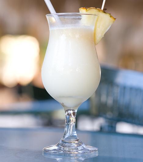 Pina Colada3 és fél cl fehér rum 2 és fél cl kókuszlikőr 6 cl ananászlé 3 cl tejszín tört jég díszítésnek koktélcseresznye vagy ananászszelet Öntsd a tört jeget, a rumot, a kókuszlikőrt, a tejszínt és az ananászlevet shakerbe. Egy kicsit rázd össze, és töltsd hurrikánpohárba. Díszítsd a fentiekkel kedved szerint.