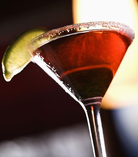 Red Apple Martini3 cl Bacardi Apple 2 cl szűrt almalé 2 cl grenadine jégkocka  Az összetevőket öntsd egy shakerbe sok jéggel. Rázd össze alaposan, majd szűrd martinis pohárba.