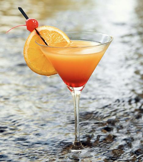 Tequila Sunrise 4 cl tequila 8 cl narancslé 2 teáskanál grenadine jégkocka  A jég felét tedd a shakerbe. Öntsd bele a tequilát és a narancslevet, majd rázd össze. Szűrd az italt egy klasszikus koktélos pohárba. Óvatosan öntsd bele a grenadine-t, és várd meg, amíg leülepszik az aljára. Fogyasztás előtt felkeverendő.