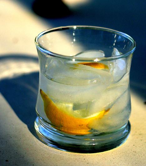 Vodka-tonic4 cl vodka 1 dl tonic fél citrom leve  A hozzávalókat sok jéggel töltsd shakerbe, rázd össze, majd töltsd jéggel töltött pohárba. Díszítsd narancsszeletekkel.