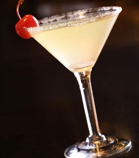 White Lady4 cl gin 2 cl Cointreau 1 cl citromlé a díszítéshez citromhéjspirál vagy koktélcseresznye  Tedd a gint, a Cointreau-t és a citromlevet shakerbe, jól rázd össze, és szűrd koktélos pohárba. Citromhéjspirállal díszítsd. Ha Pink Ladyt szeretnél készíteni, akkor Cointreau helyett grenadine-t használj. A Fair Ladybe pedig a citromlevet cseréld grépfrútlére.