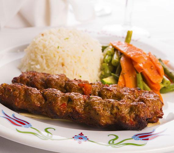 Grillezett húsrudak  Hozzávalók: 50 dkg birkahús - lehetőleg lapocka, 50 dkg borjú- vagy sertéshús - lehetőleg lapocka, 1 evőkanál só, 1 teáskanál őrölt bors, 1 dl olaj, 2 fej vöröshagyma finomra vágva, 5 gerezd fokhagyma átnyomva  Elkészítés menete:  Daráld le a kétféle húsokat, gyúrd össze a sóval, borssal. Add hozzá a vöröshagymát és a fokhagymát. Amennyiben nem aznap sütöd meg, öntsd rá az olajat és tedd hűtőbe. Grillezés előtt formázz a húsmasszából öt centi hosszú rudacskákat és süsd meg.