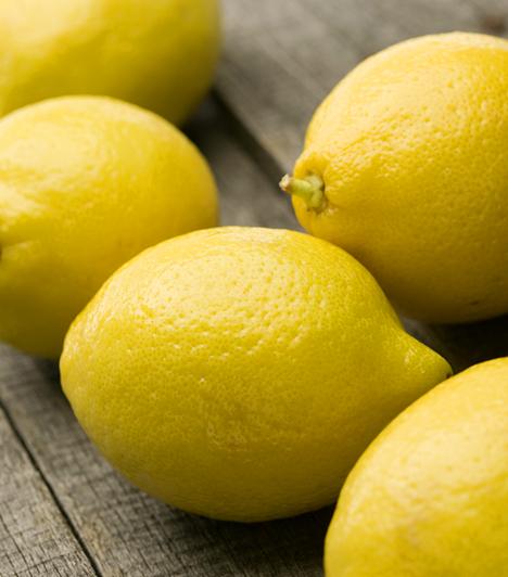 A citromlé csodásan megőrzi a felszeletelt zöldségek és gyümölcsök friss színét. Cseppents egy keveset hideg vízbe, és abba aprítsd a krumplit, almát és brokkolit.