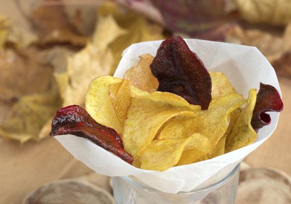 Házi chipsNincs jobb, mint a frissen sült, ropogós, fűszeres vagy simán sós házi chips. Rágcsálnivalónak és köretnek is remek megoldás, utóbbi főleg akkor, ha valamilyen salátát is készítesz a főétel mellé, úgy már kész lakoma. Jobbnál jobb mártogatósokkal pedig bármilyen alkalomra tökéletes.