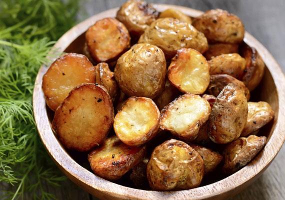SteakburgonyaAz utóbbi években egyre több helyen kapható a steakburgonyának csúfolt mirelit rettenet, azonban ez a fogás is lehet nagyon finom, a titok nyitja annyi, hogy nem a fagyasztóban kell keresned a megoldást, hanem egyszerűen frissen, magadnak kell elkészíteni. Végy kisméretű krumplikat, tisztítsd meg őket jó alaposan, vágd félbe, negyedbe, sózd és borsozd, majd sütőpapírral bélelt tepsiben, 200 fokon süsd készre. Fokhagymával, kakukkfűvel ízesítve még jobb lesz!